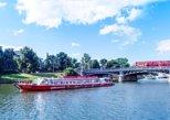 Estocolmo em ônibus vermelhos e barcos com várias paradas. Estocolmo, Suécia