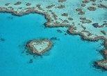 En el arrecife y la Isla de vuelo panorámico desde playa Airlie. Airlie Beach, AUSTRALIA