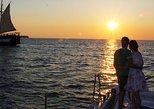 Cruzeiro de catamarã durante o pôr do sol em Santorini, com churrasco. Santorini, Grécia