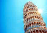 Entrada a la torre inclinada de Pisa por la tarde. Pisa, ITALIA