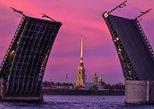 São Petersburgo, Rio Neva, Canais, Cruzeiro à meia-noite com passarelas. San Petersburgo, RÚSSIA