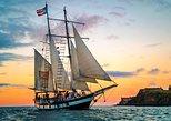 Navegación durante el ocaso por el puerto del Viejo San Juan<br><br>en una goleta estilo siglo XIX,