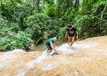Escalar la cascada pegajosa como un hombre araña. Chiang Mai, TAILANDIA