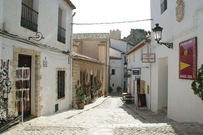 Take a4-hour personallyguided tour with private transportfrom Benidorm and make your way to the Guadalest Valley with a stop in Altea. Duringa panoramic driveyou'llhaveviews of the Costa Blancaen route to thesecharmingvillages.Admirelandmarks including San José Castle and the Town Hall. Pricing is per group, based on a maximum of fourpeople.