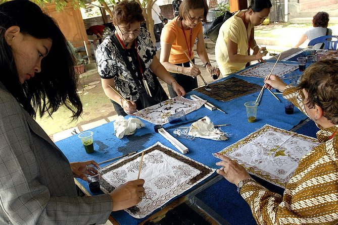 Edu-tourism Batik Komar is a program where visitors can see the process of making batik and involved in it through a package of learning batik. There are various kinds of training package in accordance with the length of time different learning as well as material provided, from fundamental to professional materials, including the introduction of design, batik, batik and marketing the tinting process. <br><br>In addition to getting the science direct visitors can also shop products batik in Batik showrooms Komar.