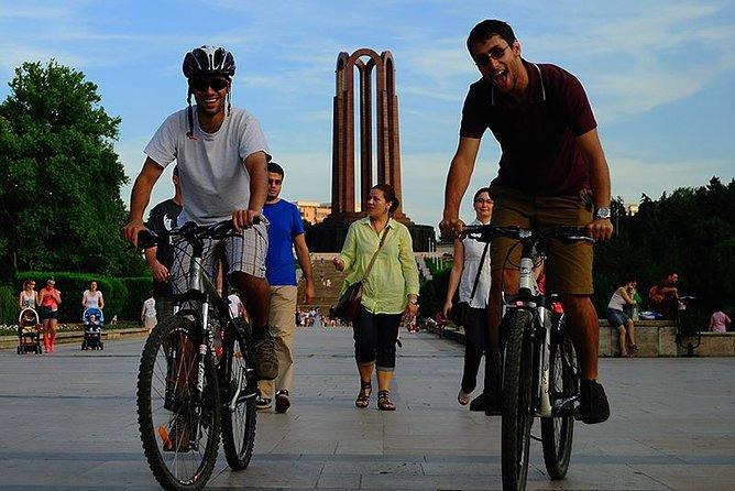 Bucarest Tour en Bicicleta - Ciudad de Contrastes, Bucarest, RUMANIA