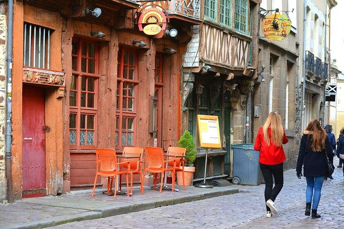 On this 3-hour walking tour, you will explore the historical center of Rennes in a traditional and authentic way with a guide who shares with you the history of its iconic monuments (Justice center, city hall, opera...) and shows you interesting places around the city. You will also visit the Thabo garden, get off the beaten track  and go through cobbled streets where you find the best local restaurants and coffe places in town, plus receive insider tips about the area if you plan on spending more days either in Brittany or Normandy.<br><br>If you want to shop, your guide will tell you where you can exactly find great local shops for souvenirs and local handicrafts.