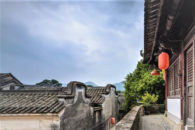 Discover Dapeng Fortress (Dapeng AncientVillage), Crane Hakka Museum,Dafen Painted-Village and Dongmen Shopping Mall on this full-day tour.A tasty Hakka style lunch, all entrance tickets, private guide and transportation service are all inclusive.