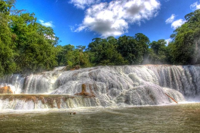 This day let yourself be impressed by the beautiful natural beauties of the waterfalls of Agua Azul and the wonderful Mayan constructions in the archaeological site of Palenque.