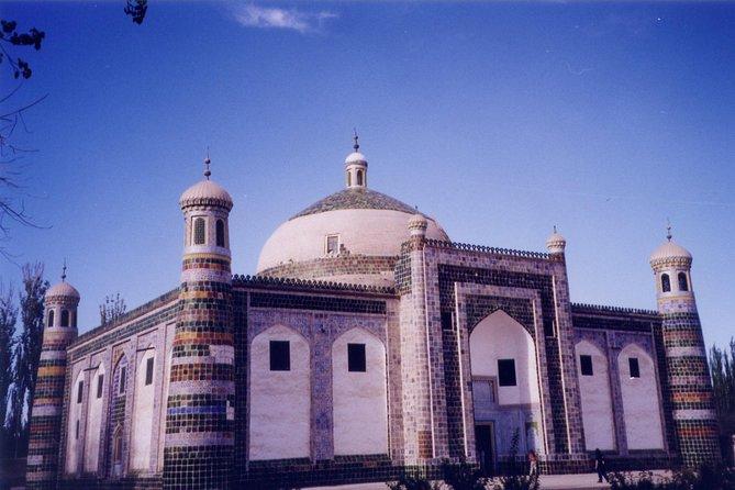 Explore the Kashgar Sunday bazaar, animal bazaar, Id Gar Mosque, Apa Hoja Tomb and Karakul Lake. Enjoy a traditional lunch at a local Uyghur house.
