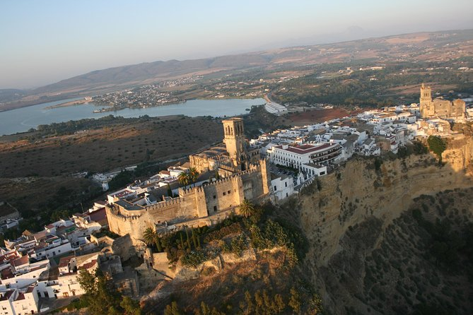 Enjoy a great day touring some of the most beautiful White Villages of the province of Cádiz. Includes: Guided tour in Arcos de la Frontera, Grazalema and Ubrique. Visit to the Villa de los Ribera Palace in Bornos LUNCH INCLUDED Approximate duration 9-10 hours