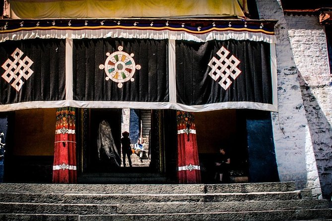 This 10 Days tourcontains all fantastic attractions in Tibet, to visit the magnificent Potala palace, stay overnight in Everest base camp tent, to enjoy the sunrise of Everest and Lake Namtso, learn more Tibetan monasteries life and unique local culture.