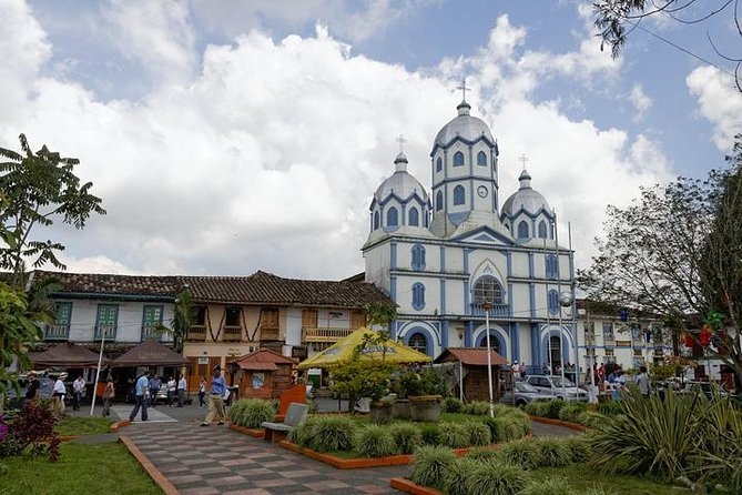 Learn about the Coffee Cultural Landscape in an educational way and discover how the towns in Quindío are the result of the adaptation process of Antioquian settlers, who arrived in the 19th century, a process which persists to this day and has created an economy and culture deeply rooted in the coffee production tradition.