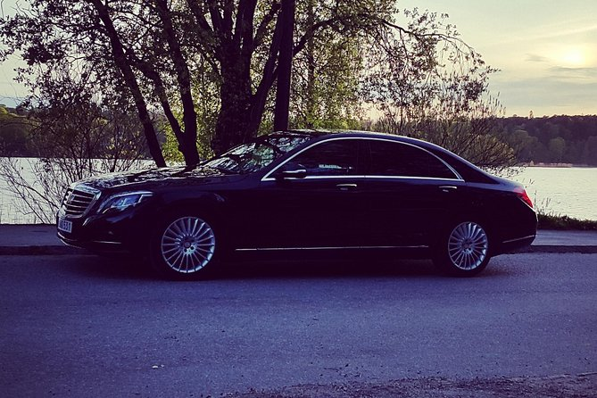 First Class Airport Limousine Transfer: Malmö City to Kastrup Airport, Malmo, Suécia