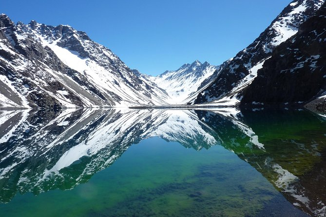 This tour will take you to the highest of the Andes by the international road to Argentina. The route gives a postcard view of the most imposing and beautiful mountains, including one of the most beautiful lagoons in the Andes mountains. The lagoon has an intense emerald green color and transparency that reflects the vastness of the surrounding mountains. It tells the sad story of a beautiful Inca princess who, when she died, her husband deposited the body of his beloved in the bed of the lagoon, turning the color of the waters to emerald green, like the eyes of the princess.