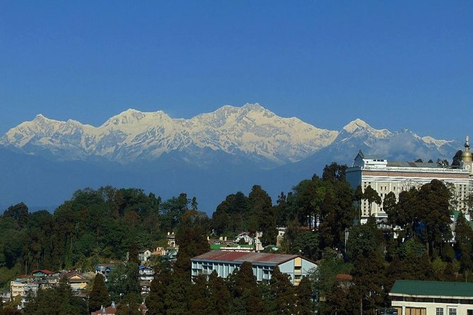 Light at the foothills of the Himalayas, Darjeeling attracts all those who wish to experience life as it once was before the days of modernization. While lovers and honeymooners travel to the town and book themselves in cozy cottages to enjoy private time away from the city, the tired travellers go soul searching in the hills. With the incredible views of the Kanchenjunga from the Tiger Hill.enjoy the river view and tea estate.One of most romantic and popular hill station of India.<br><br>.
