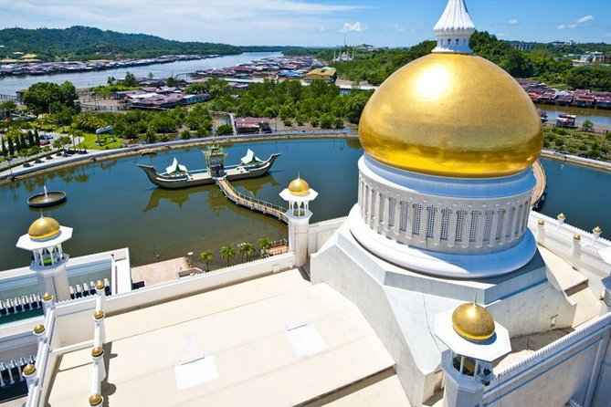 This tour is a good introduction to Brunei as you drive pass the Lapau (the Royal Ceremonial Hall), Dewan Majlis (Parlaiment House) and Sir Omar Ali Saifuddin Mosque, and visit the Museum, The Royal Regalia Centre, Jame' Asr Hassanil Bolkiah Mosque and Istana Nurul Iman (Sultan's Palace).