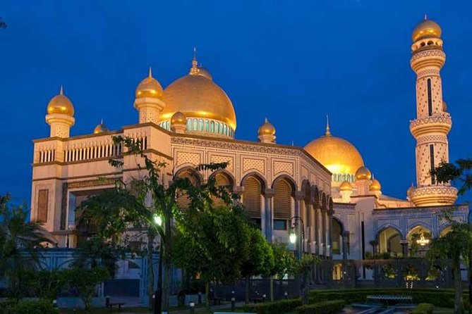 The Majestic golden glow of the Sultan Omar Ali Saifuddin Mosque shines brightly against the back lit night sky. As you stop by on your way to discover the delights of Brunei by night. Not just a sight seeing tour. <br><br>Here you will get to experience dinner at a local restaurant, before heading off to see the sights. Last but certainly not least on this tour is the chance to stroll through one of South East Asia's famous night markets.