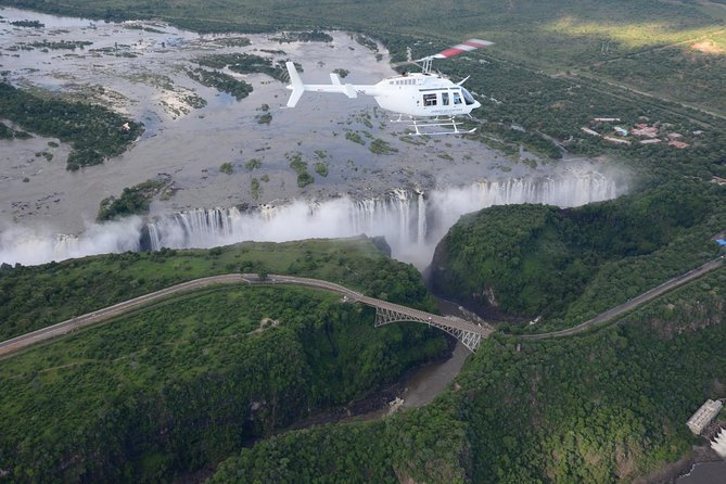 Vuelo en helicóptero sobre las cataratas Victoria, Cataratas Victoria, ZIMBABUE
