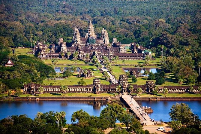 Small private tour to visit Angkor complex with private and personal tour guide and driver for day trip. To visit main temple within the small circuit of Angkor Wat, Angkor Thom City (Bayon, Elephant terrace, Baphoun, Leper king), and the Tree Temple of Ta Phrom.