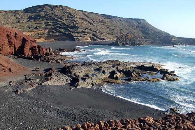 A complete day full of contrasts, North and South of the Island. The perfect option for a complete approach to the landscapes, towns and geography of Lanzarote, as well as visit some of the most emblematic places of the Island: Timanfaya, Jameos Del Agua, Haría, Green Lake, North and South of Lanzarote...
