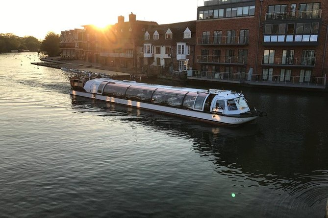 Join this 2.5 hour Windsor dinner cruise and indulge in a luxurious blend of fine food and wine in an intimate restaurant on the river. As night falls, the evening cruise will pass by Windsor's stunning sights including Windsor Castle, Eton College, Windsor Racecourse. The ambient music on board will complement the feeling of sailing gently into the night.