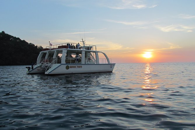 Enjoy the amazing views of the Manuel Antonio National Park on board of a catamaran and discover the beauty and variety of the marine wildlife; you can choose between amorning or afternoon trip.<br><br>The morning trip includes a snorkeling adventure in a beautiful and secluded bay known as Playa Biezans.<br><br>The afternoon tour is an amazing trip for people who want to explore the Pacific Ocean and admire a breathtaking sunset.