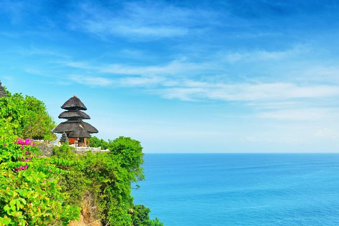 This private day tour will have exploring the amazing temple of Uluwatu. You will also enjoy an amazing sunset here as well as the popular Kecak dance performance. Your tour will finish with a tasty seafood BBQ dinner in Jimbaran Bay.