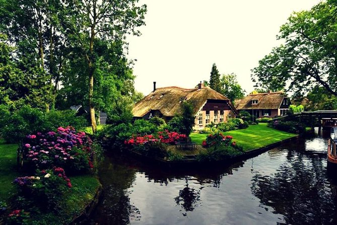 In this 9-hour tour, you enjoy a personal service by our friendly and professional guide, travelling in small group 8 people maximum in a minivan, or 15 people maximum in a bus. You will discover Giethoorn, one of the most romantic Dutch villages named 'Venice of The Netherlands'. Admire the flowers, trees, birds, cute little wooden bridges, boats and for sure canals. The village has no main roads, so you will enjoy a boat trip cruising around the village with your local tour guide from Giethoorn, who will tell you everything about this village: its history, and how people live there. Giethoorn is your destination whether you're a couple looking for a romantic day or a weekend, a family with kids who are in love with nature, or a single traveler that wants to visit a unique place.