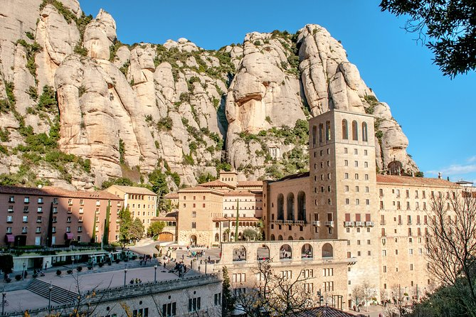 Enjoy this 10-hours intimate experience. Set out from Barcelona to discover the Natural Park of Montserrat, one of the most important landmarks of the region. Enjoy the famousSpanish cuisine and visit a boutique winery, where you will enjoy château wine!