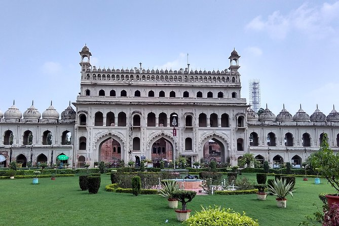 Lucknow, the capital of state Uttar Pradesh is a multicultural city. This city is of great historical and cultural importance. Along with great monuments, this city is popular for the people's T ehzeeb and Mehmaan Nawazi (meaning: manners and hospitality), intricate embroidery, beautiful gardens and dance forms such as Kathak.  <br><br>Explore the architectural marvel built in the past reflecting exceptional design and architecture in the monuments, forts, the Jama Mazjid mosque and other popular structures of Lucknow.