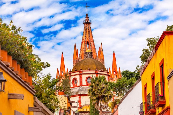 While you are in Mexico City, do not miss the opportunity to visit one of the main colonial cities of Mexico: San Miguel de Allende, in Guanajuato. Which was declarated the best city in the world in 2017.  Its colorful streets and architecture, as well as its historical wealth, have made it one of the most beautiful places in the world.