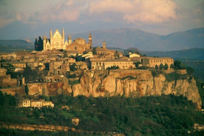 -Mercedes vehicle <br>-Knowledgeable English speaking driver <br>-Door to door private transportation <br>-Visit of Orvieto on the way with its magnificent Duomo <br>-Genuine and Typical lunch in a farmhouse along the Umbrian Countryside