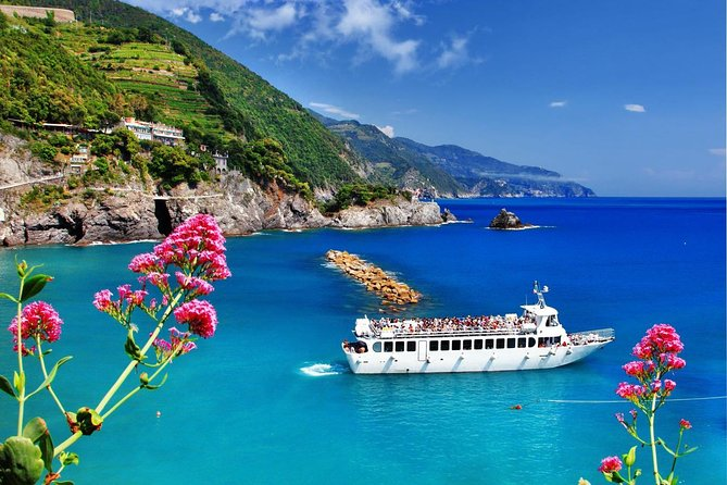 Discover the five picturesque villages of Cinque Terre scattered along a beautiful stretch of the Mediterranean coast, listed among the most famous and beautiful World Heritage Sites by UNESCO.