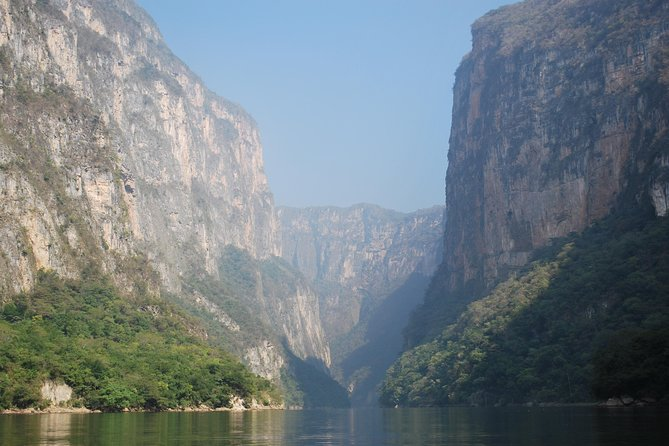 Get ready for an experience filled with adventure and excitement (by land and water) enjoying the road to the impressive Sumidero Canyon, making stops in the viewpoints of this natural wonder.Afterwards, enjoy an gastronomical experience eating a traditional buffete and admiring the fountain at Chiapa de Corzo Magical Town.