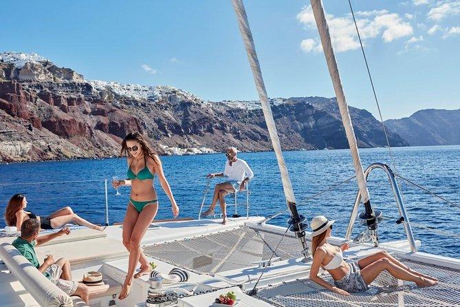 Cruzeiro em catamarã de luxo em Santorini ao pôr do sol, com churrasco e drinques, Santorini, Grécia