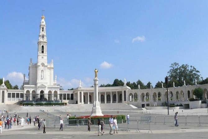 Private Guided tour with a local Guide<br><br>SHRINE OF FÁTIMA – CHAPEL OF APPARITIONS WHERE OUR LADY APPEARED TO THE CHILDREN, <br><br>OUR LADY OF THE ROSARY BASILICA, <br><br>MOST HOLY TRINITY BASILICA.<br><br>ALJUSTREL VILLAGE – VILLAGE WHERE LUCIA, FRANCISCO AND JACINTA WERE BORN<br><br>VALINHOS<br><br>PARISH CHURCH FÁTIMA