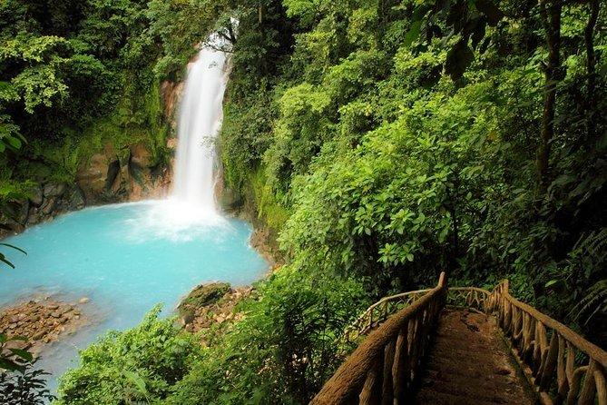 This is one of the most amazing places of Costa Rica, without a doubt. The magnificent turquoise blue waters together with all the nature that surrounds them make of Rio Celeste a place to admire. Located in the outskirts of the Tenorio River, this one of a kind river awes visitors from around the world with its unique beauty.