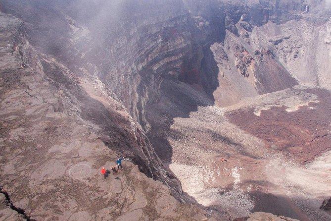 Venez gravir le Piton de la Fournaise avec un Accompagnateur en Montagne professionnel spécialiste du volcan <br><br>Il vous guidera avec passion à travers un désert minéral jusqu'au cratère Dolomieu et vous fera découvrir sur le chemin de très nombreuses curiosités <br><br>Il saura également vous expliquer le fonctionnement de ce volcan l'un des plus actifs de la planète! <br><br>Il faudra compter environ 5H de marche effective pour réaliser cette excursion
