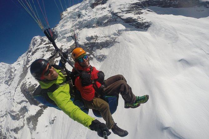 Parapente sobre los Alpes suizos desde Lauterbrunnen, Lauterbrunnen, SUIZA
