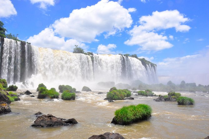 This tour offers the main activities of Foz do Iguaçu city: the gorgeous waterfalls which are considered the second largest in the world; the Bird Park, a local center for the rescue and conservation of numerous species of birds; and the most powerful hydroelectric power plant in the world.
