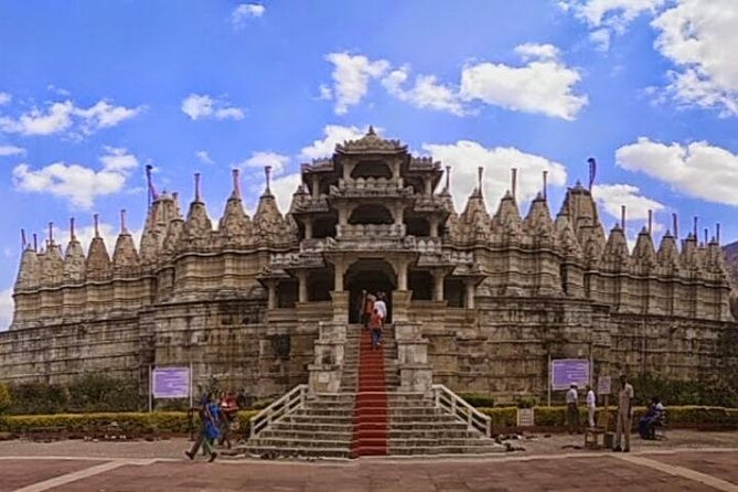 This tour leaves from Jodhpur and takes you to the beautiful Jain Temple in Ranakpur. The temple took 65 years of careful construction because of the complexity of the structure. The basement of this colossal temple is spread over 48,000 sq-ft. There are four entrances to the main chamber where the idol of Adinath is placed. In addition, there are also five pillars in the temple and each holds idols of various Tirthankaras. The biggest pillar, standing in the center of all others, holds an idol of Adinath. After visiting the temple, you will be taken to Udaipur, where this tour concludes.