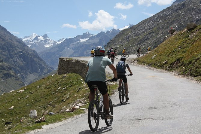 Cycling from the beautiful Kullu Valley to the spectacular Parvati Valley and ending with a trek to the magical village of Khir Ganga nestled high up in the Pir Panjal mountain range. This tour would give you the best overview for the Indian Himalayas!