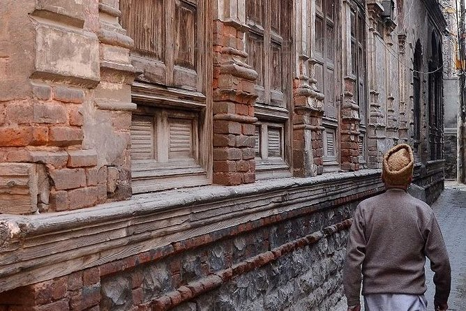 Uncover the little-known treasures of Kashmir on a full-day insider walking tour of the Old City with a savvy guide, with Kashmiri Traditional Lunch Included.<br><br>Visit: Jamia Masjid, Shah -e-Hamdan Shrine, Old Spice Market, Budshah Tomb, Handmade Copper-ware Artisans, Hari Parbhat Fort, Kashmiri Traditional Bakers, Paper Machie Artisans, Walnut Furniture Makers & Hazratbal Shrine and Willow / Wicker workers. In the tour you will see some old architecture of Kashmir, Old Houses & old Market at Maharaj Ganj.