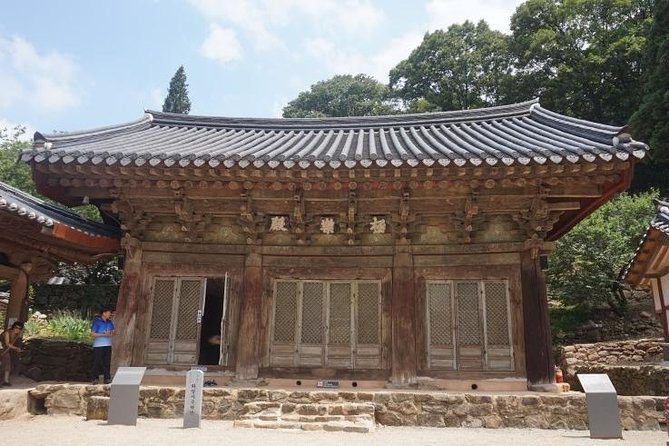 "Jeonju City is also called the ""Slow City"". Join us for the tour to experience Jeonju that help you relax your mind and soul. Around Jeonju City there are lots of beautiful mountains and temples and it is the place where Chosun and Baekje King came for their resting and healing time."