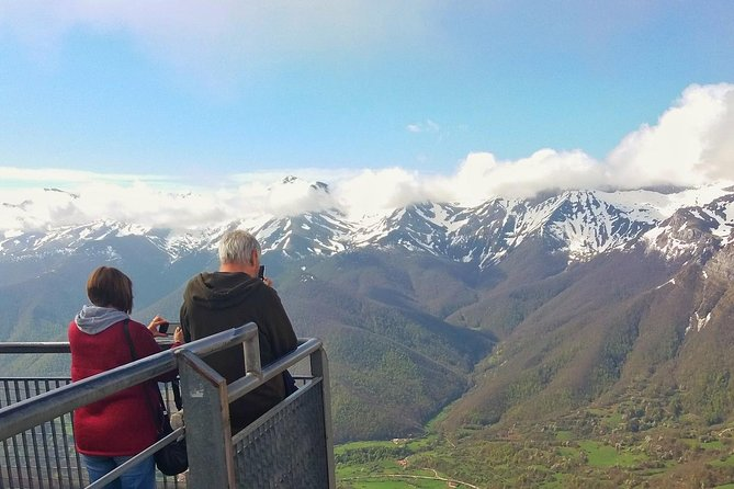 HIGHLIGHTS <br> • You will cross the Hermida gorge by van <br> • You will go up to 1.823 m with the cable Car of Fuente Dé <br> • You will take lovely photos from Picos de Europa <br> • You will enjoy visiting Potes, capital Liébana <br> • You will love the typical lunch from Liébana (Lebaniego stew) <br> • You will discover the Monastery of Santo Toribio <br> • You will love the visit to El Soplao Cave <br><br>SUMMARY <br><br>We will take the cable car to go up to Picos de Europa. You will have 1 hour to enjoy the views and to take nice photos. We will then go to Potes to have lunch, this is one of the nicest villages in Spain. In the afternoon, you will visit amazing El Soplao Cave in Rionansa.