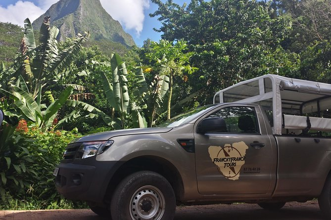 Discover the history, the flora and all the specificities of Moorea on a 3.5-hour 4x4 tour. Your guide will share with you 12 years of passion, during a walk animated by magnificent views, stories, information, all in a relaxed and smiling.