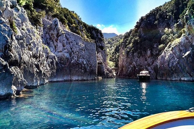 From Positano to Capri, to discover the most beloved island of the world. An exclusive tour, with a nice and elegant boat, a small group of only 12 / 14 passengers and an expert captain. You will enjoy all the beauty of the island, the caves, the suggestive scenarios and the endless attractions. The relax of the boat tour gets along with the exploration of Capri by land, with a stop on the island that goes from 3 to 5 hours<br>