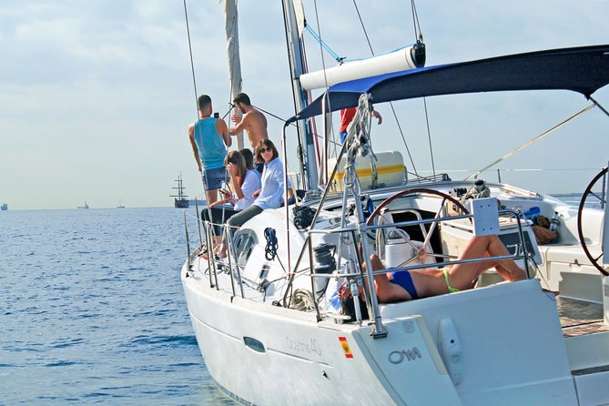 Are you looking for a different plan with your friends and/or family? Let's embark on this sailing boat with professional skipper to enjoy the sea at your own pace and to learn to basics of the amazing sport sailing! Enjoy the beautifull waters of Spain and feel the sea wind in your face. Sit back and enjoy!