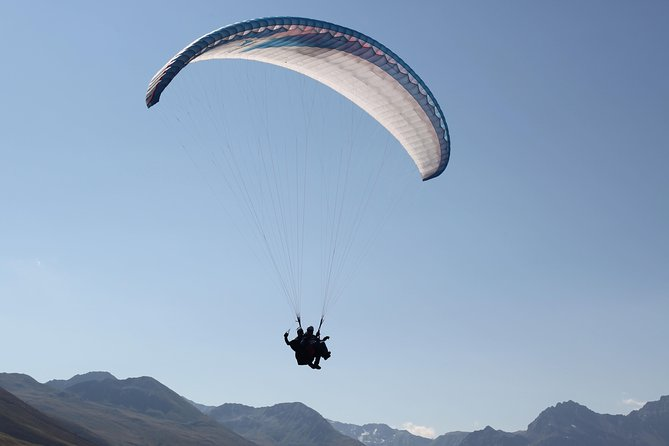 Enjoy your personal and individual paragliding flight in the Swiss Alps with a professional paragliding team. Make your trip to Davos Klosters unique and unforgettable with the breathtaking scenery and the freedom to enjoy an incredible moment.